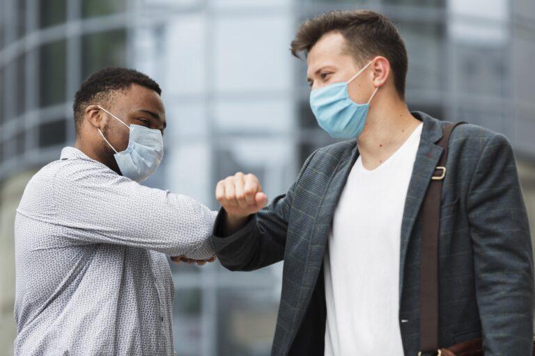 Saludar con el codo, limpiar la compra, desinfectar las suelas,… ¿Aún sigue siendo efectivo contra el coronavirus?